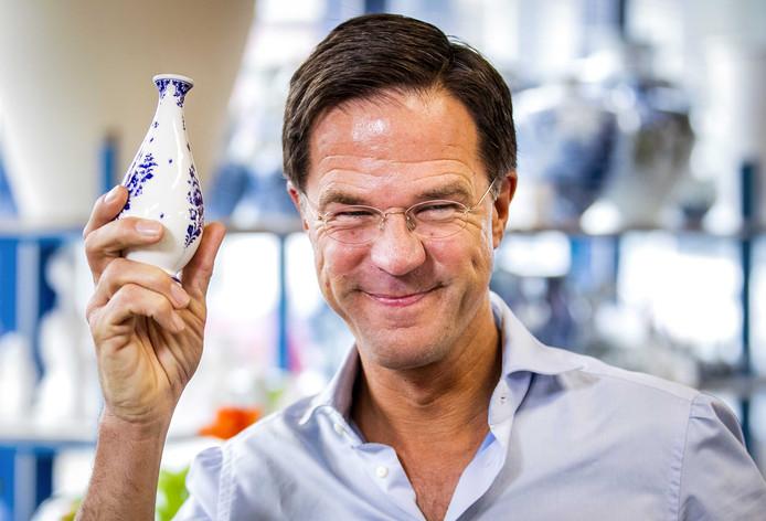 Premier Mark Rutte ontvangt een Delfts blauw vaasje in de fabriek van Heinen Delfts Blauw tijdens de aftrap van de campagne van de VVD voor de Provinciale Staten- en waterschapsverkiezingen.