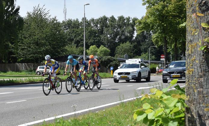 De kopgroep van de BinckBank Tour rijdt door Tilburg