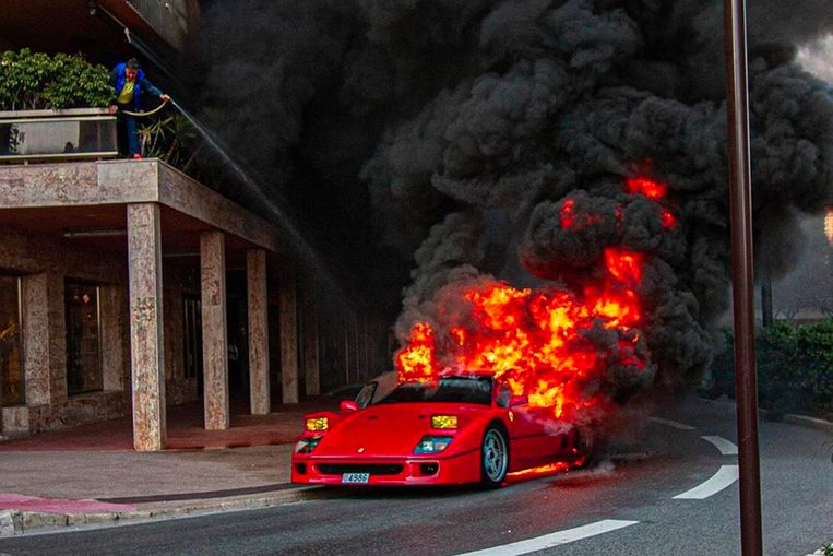 De brandende Ferrari F40 in Monaco.