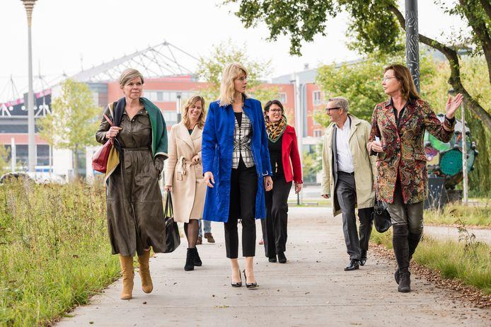 Staatssecretaris Mona Keijzer (midden) maakt met Enschedese wethouder June Nods (r) een wandeling over het Innovatiepad op het Kennispark.