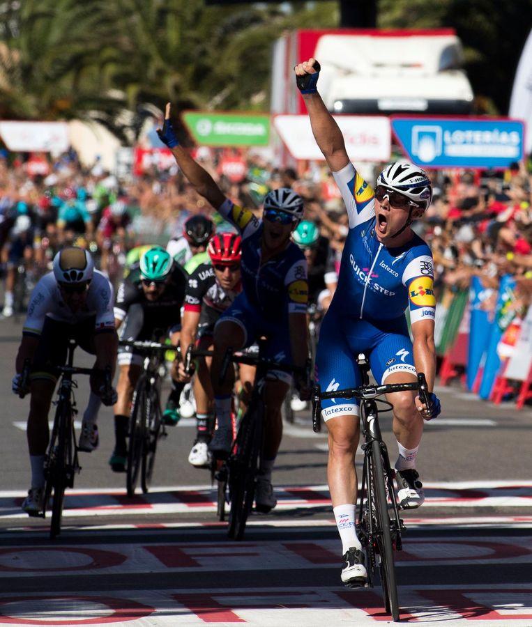 De tweede etappe op zondag wordt gewonnen door de Belg Yves Lampaert, die de sprinters net voorblijft. Beeld AFP