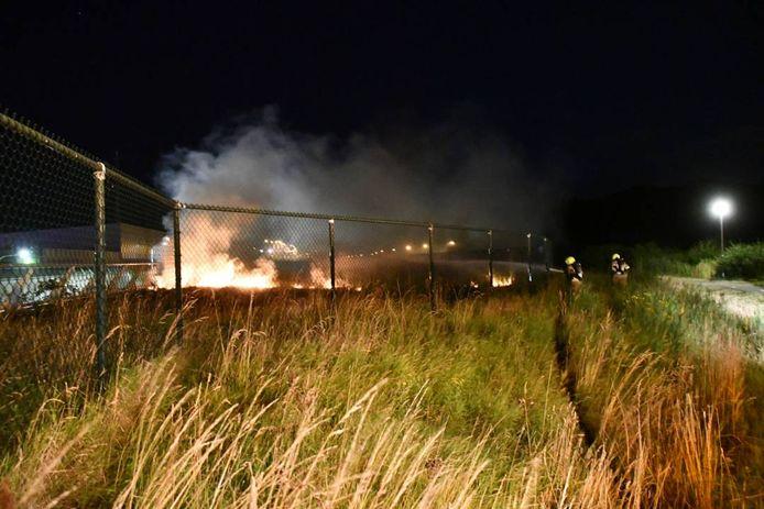 De brand woedde achter hek op het aquaduct.
