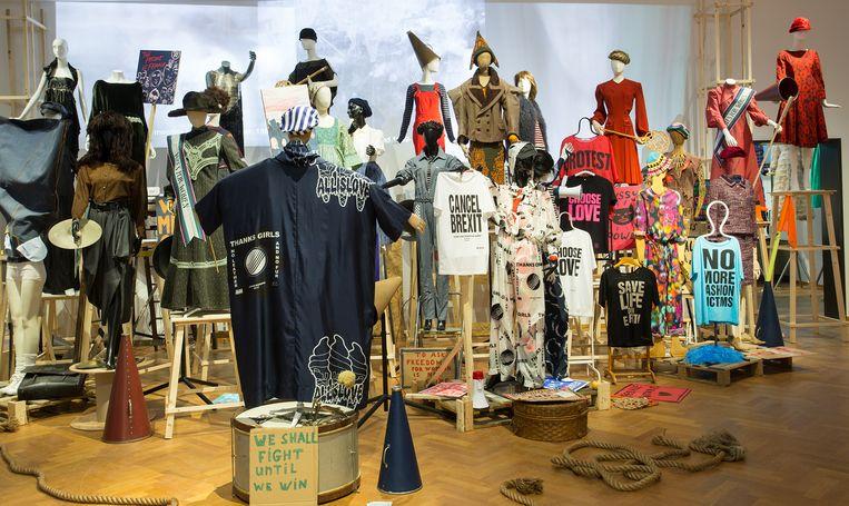 Bewuste chaos van stylist Maarten Spruyt: Protest & Engagement is een zaal vol opstandige vrouwen, van suffragette tot Cancil Brexit-aanhanger. Beeld Gemeentemuseum Den Haag/Alice de Groot