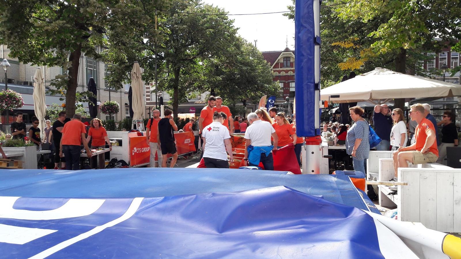 De Urban Pole Vault Series Apeldoorn werden zondagmiddag stilgelegd nadat de Belg Guillaume Gobin gewond raakte bij een val.