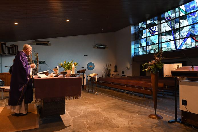 Pastoor preekt voor een lege kerk.