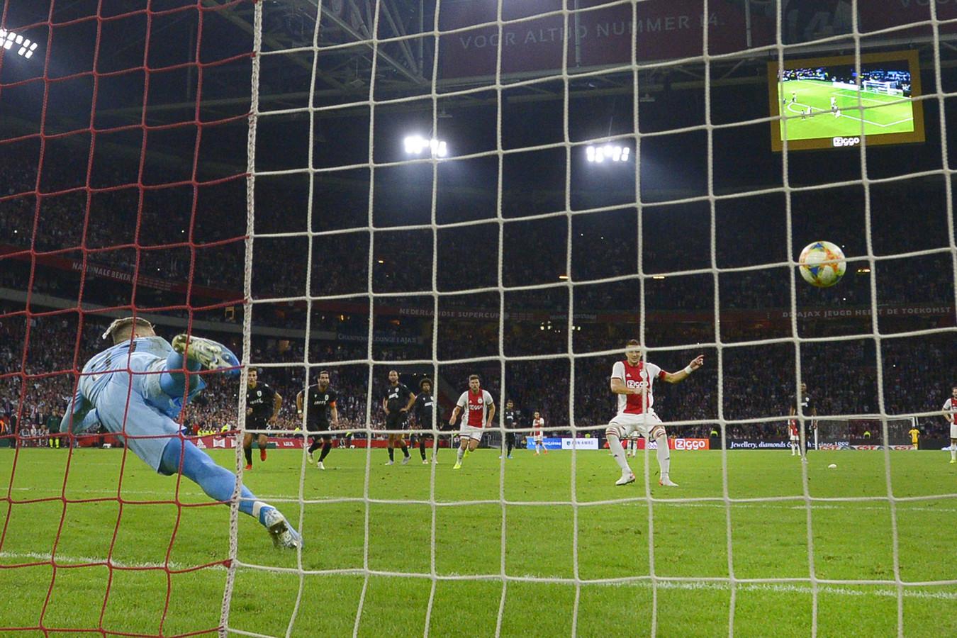 Dusan Tadic benut zijn tweede penalty, de 3-1.