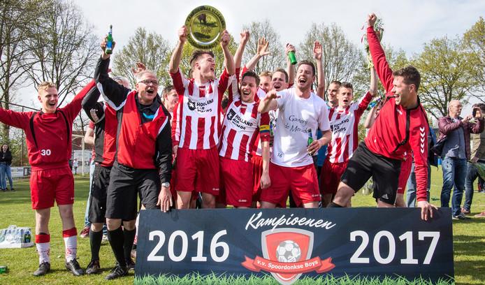 Voetbalwedstrijd Spoordonkse Boys - Viola wordt gelijkspel (2-2) maar was voldoende voor het kampioenschap