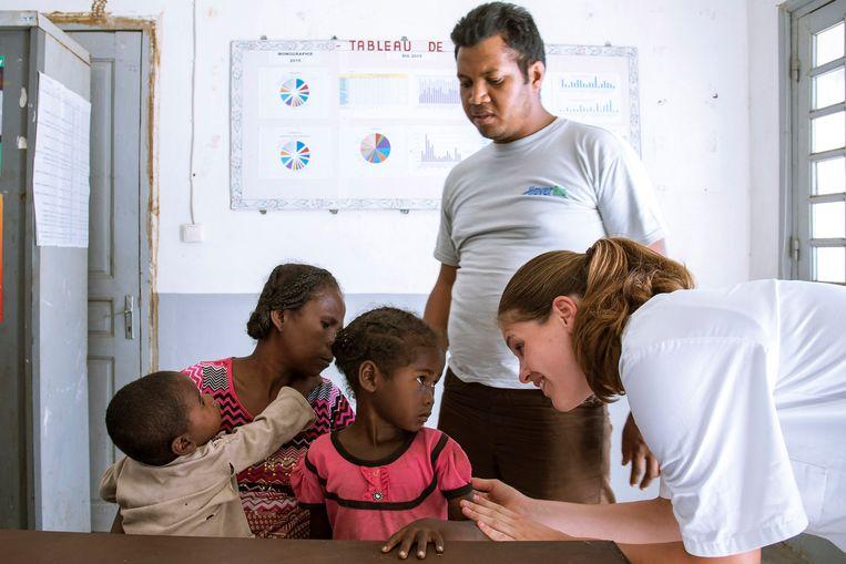 Nederlandse geneeskunde-studenten doen vrijwilligerswerk in Madagaskar. De mensen op deze foto komen niet voor in het verhaal. Beeld Hollandse Hoogte / Roel Burgler