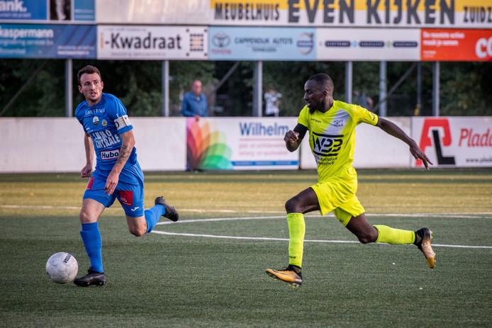 Ousmane Diakho (rechts) vorige week in actie tegen FC Knokke. De Franse spits heeft nu bij KVK Westhoek getekend.