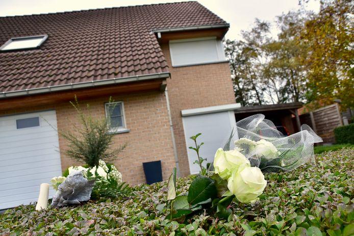 Aan de woning in Gullegem waar het gezinsdrama zich afspeelde, werden zaterdag bloemen neergelegd.