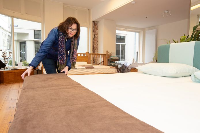 Irene Rutjes in beddenzaak Ecolinde, maar ze is weg zodra er klanten komen.