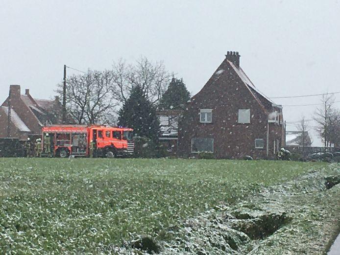 De brandweer repte zich in de sneeuw naar de woning in de Oosthoekstraat in Ardooie.