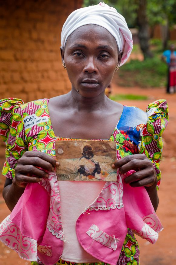 Suriya (34) met een kleedje en een oude foto van haar dochter Zakiatu.