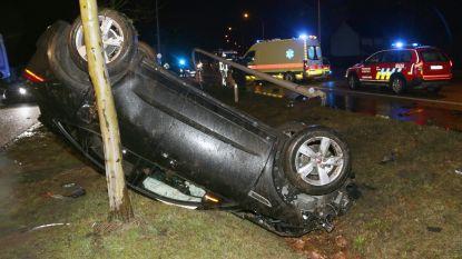 Auto belandt in gracht na knal tegen verlichtingspaal