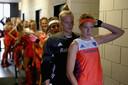 Aanvoerster Carlien Dirkse van den Heuvel leidt haar team aan voor de 12-1 zege op Italië.