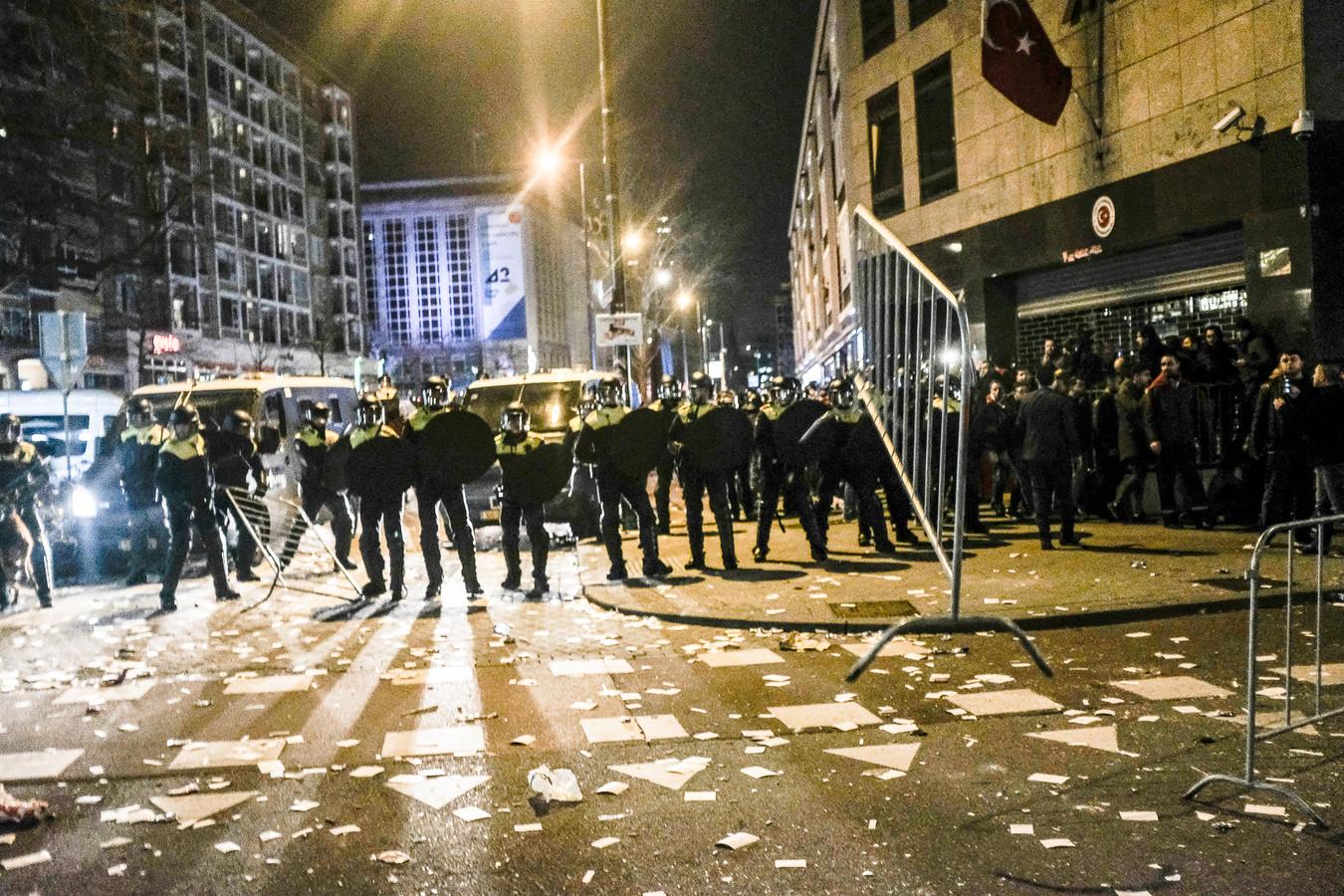 De mobiele eenheid moesten ingrijpen bij de rellen bij het Turks consulaat in Rotterdam.