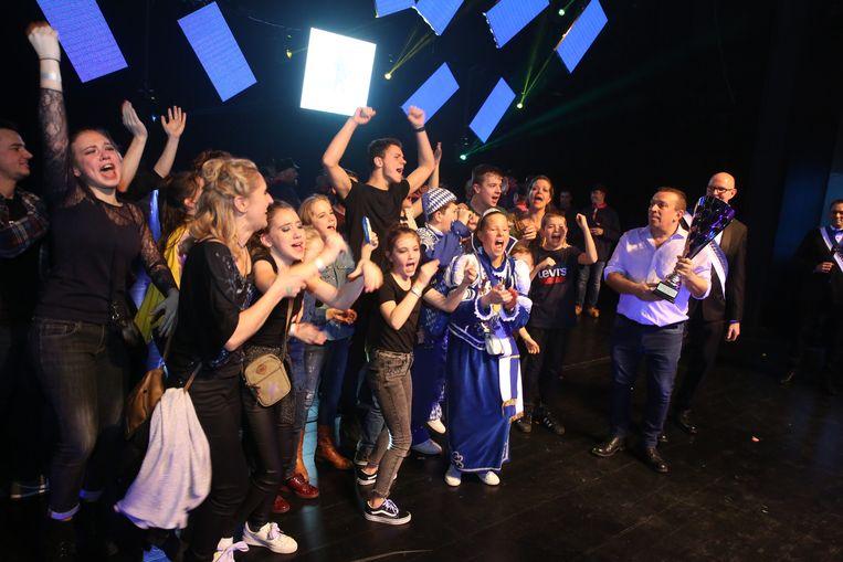 De jonge garde van De Mannen van de Met is door het dolle heen: ze hebben net de wisselbeker Edmond Demesmaeker gewonnen voor de beste show op Halle Op Losse Schroeven. Een trotse voorzitter Frans Laroche houdt de beker vast.