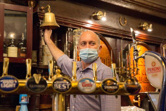 'Laatste ronde' in de Horseshoe Bar in Glasgow, de tegenwoordige woonplaats van Huissenaar Freek Bergkotte. Ook in Schotland is de horeca nu gesloten.