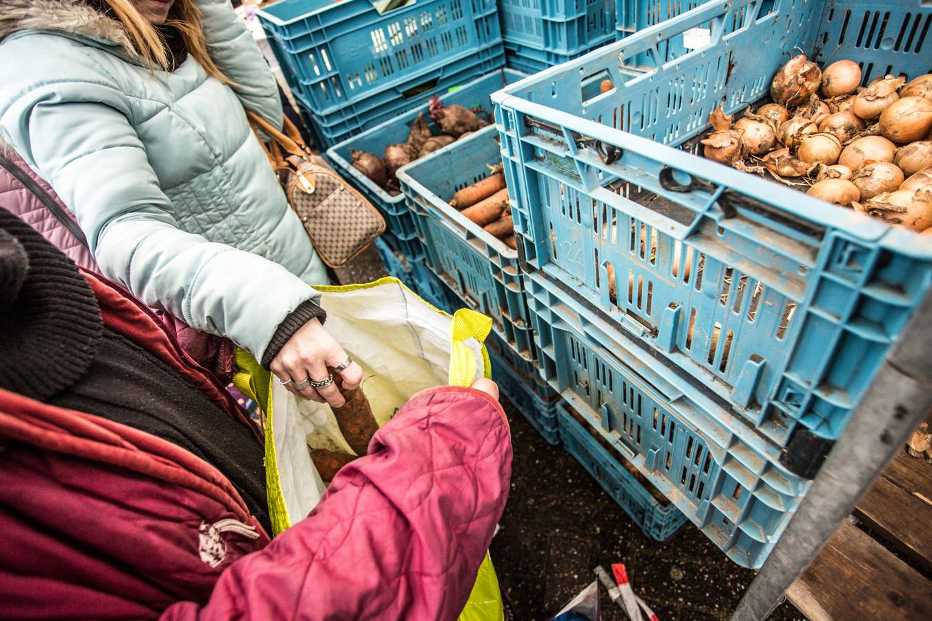 Behalve pakketten met etenswaren deelt de voedselbank Zutphen morgen ook mondkapjes uit.