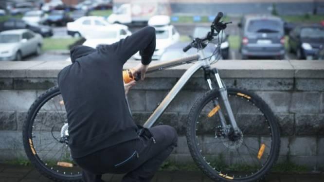 Fietsendief verstopt zich voor politie... maar merkt niet dat veiligheidscamera hem in de gaten houdt