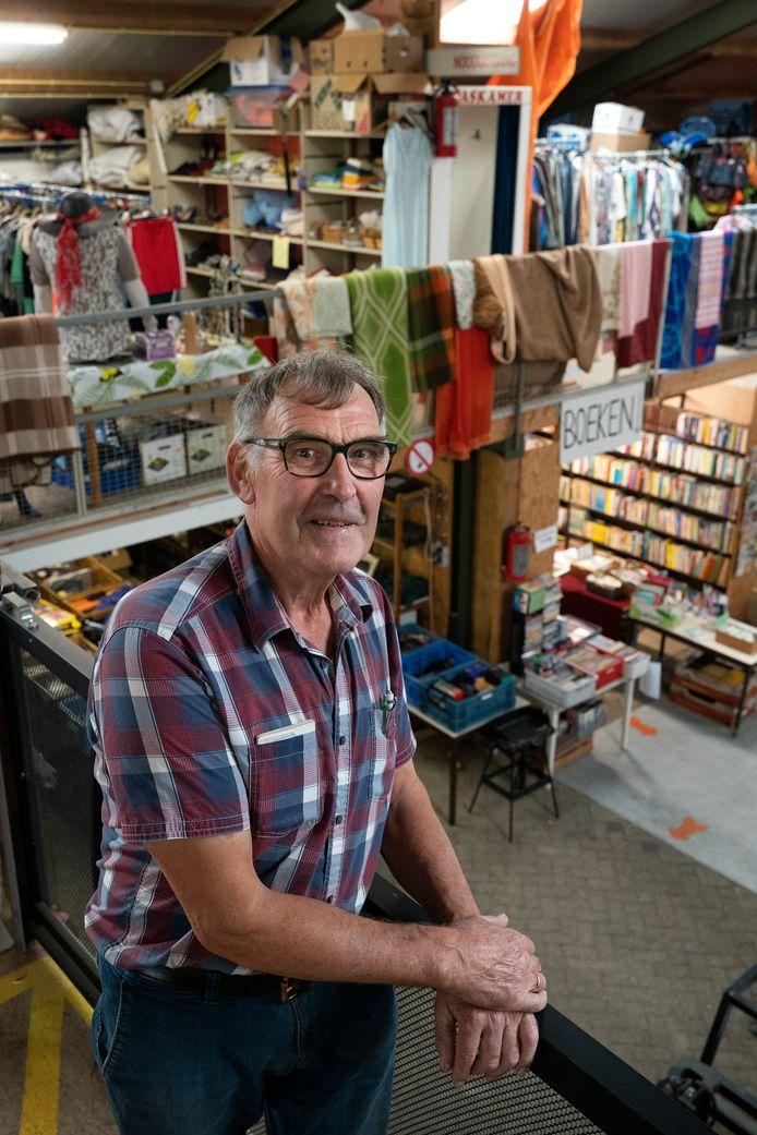 Jan Huisman in een tjokvol magazijn met spullen die eigenlijk voor de jaarlijkse rommelmarkt in Bruchem waren bestemd.