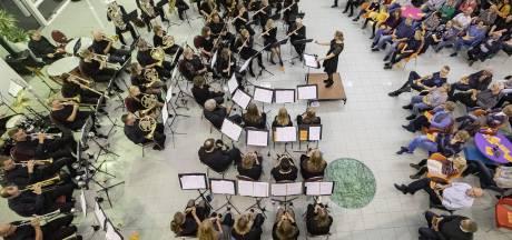 Orkest beloont leden na tientallen jaren trouwe dienst
