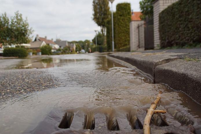 Door een waterleidingbreuk in de Schapenweg in Zeddam hebben enkele tientallen huishoudens het een avond zonder kraanwater moeten stellen.