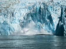 La chute spectaculaire d'un morceau de glacier filmée en Alaska