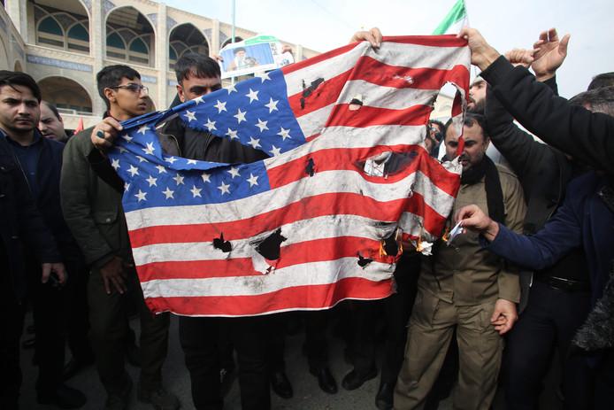 Iraniërs verbranden in Teheran (Iran) de Amerikaanse vlag.