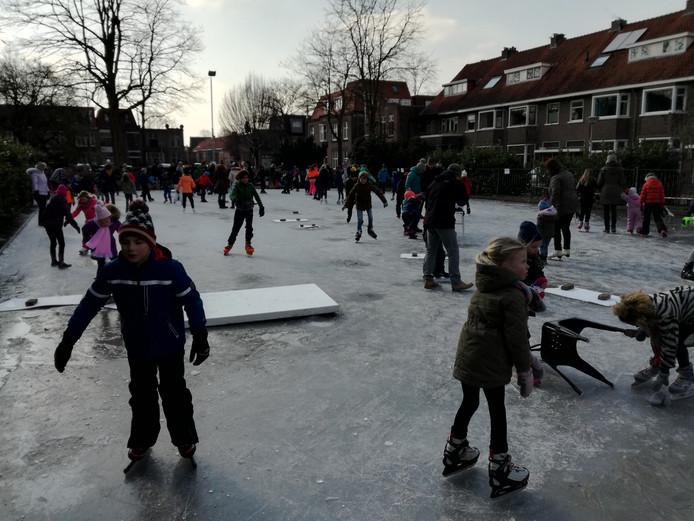 Om half 3 's middags was de ijsbaan op het Hyacintplein op sommige plaatsen al gesmolten. De ijsmeesters waarschuwden het publiek door er platen op te leggen.