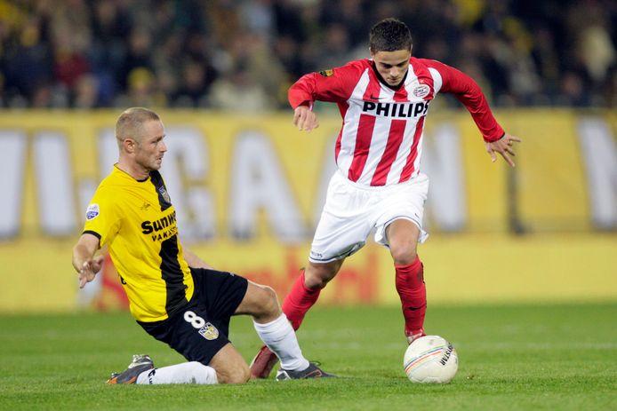 Ibrahim Afellay in 2008 in het shirt van PSV, in duel met Tommie van der Leegte (NAC).