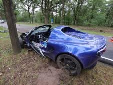 Bestuurder van Lotus sportwagen gewond als hij tegen boom crasht tijdens een inhaalactie in Oirschot