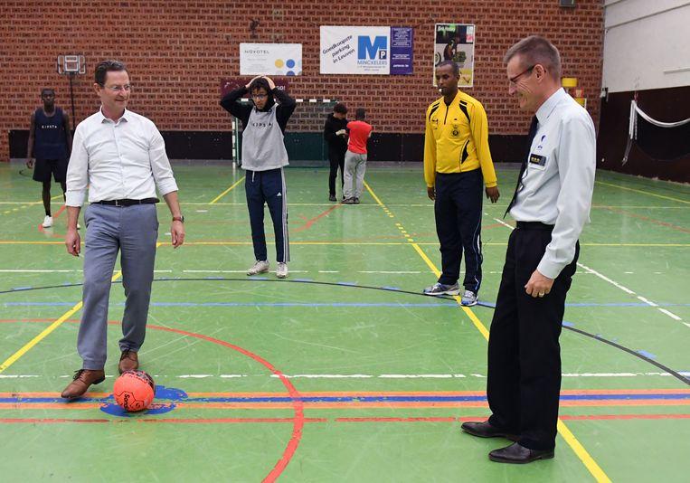 De stad en de politie organiseerden vandaag in de Rijschool een voetbaltornooi in samenwerking met verschillende jeugdwerkingen. Ook korpschef Jean-Paul Mouchaers en schepen van jeugd Dirk Vansina (CD&V) kwamen een balletje trappen.