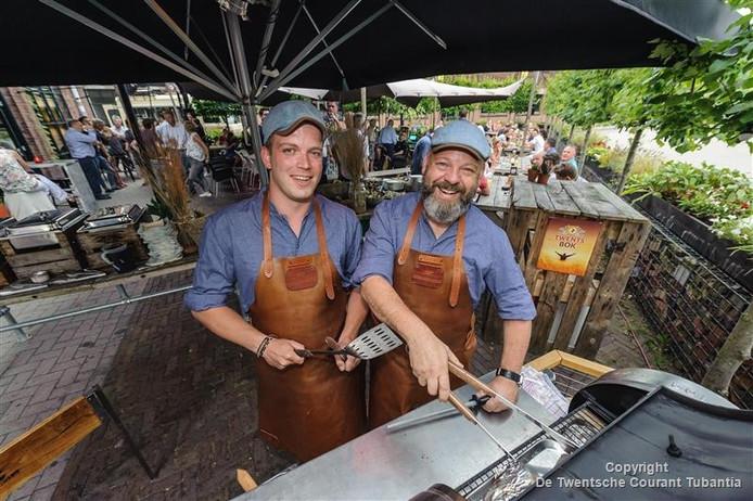 Erik Petersen (l) en Frank Hendriks (r) zijn de winnaars van Grillmasters