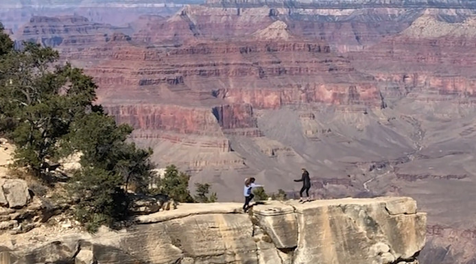 Emily et Erin au-dessus d'une falaise du Grand Canyon