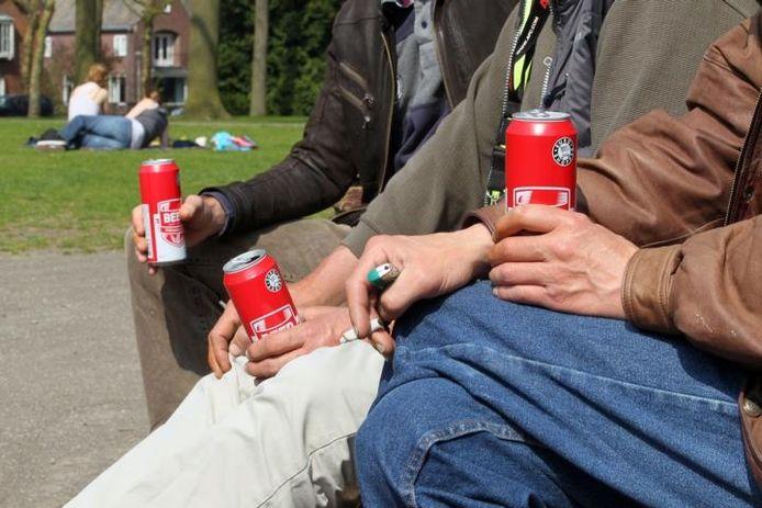 Drie 'hangalcoholisten' in het Stadswandelpark. foto Kees Martens