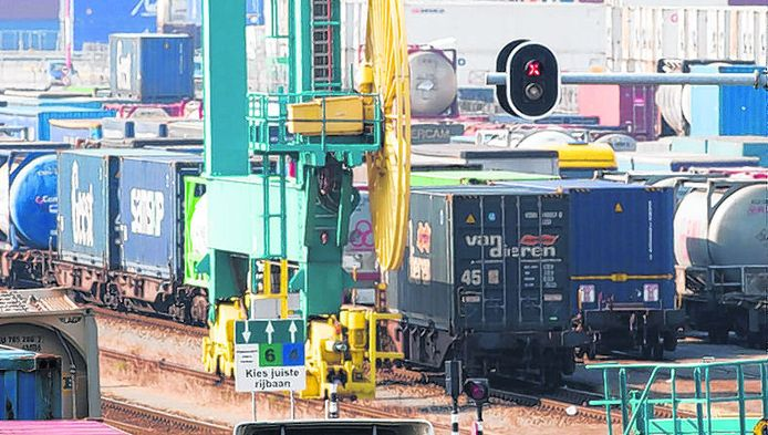 Rotterdam ontvangt vandaag voor het eerst een trein uit China. De containers uit Azië komen over de Betuwelijn.
