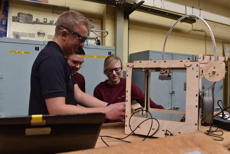 In het nieuwe E-lab kunnen leerlingen van het GTI hun eigen ontwerpen printen in 3D en die ook met lasers uitsnijden.