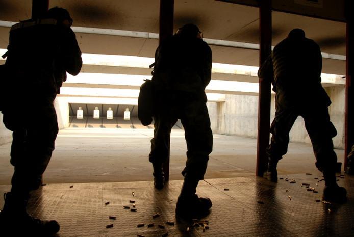 Militairen oefenen op een schietbaan