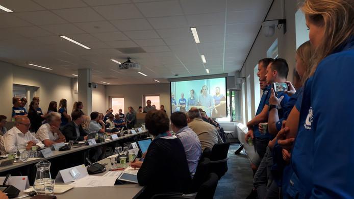 Leden van zwem- en waterpolovereniging bezochten de vergadering over nieuwe zwembaden in Veghel en Sint-Oedenrode.