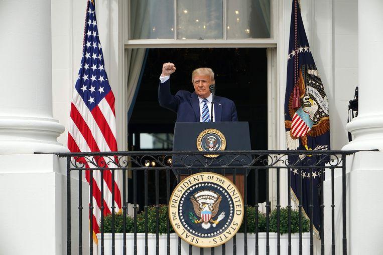 President Donald Trump groet zijn aanhangers vanaf het balkon van het Witte Huis, afgelopen zaterdag.  Beeld AFP