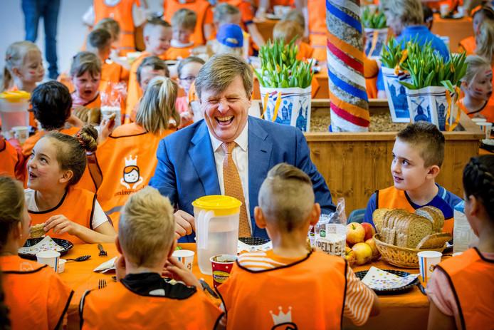 Koning Willem-Alexander ontbijt met leerlingen van Brede School 'De Fliert' in Twello, tijdens het begin van de 6e editie van de Koningsspelen. Hij heeft er duidelijk veel plezier in. Foto Patrick van Katwijk