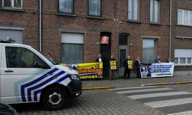Vlaams Belang voerde actie aan de schoolpoort van het Sint-Norbertusinstituut - de politie hield een oogje in het zeil.