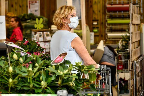 Een vrouw winkelt mét mondkapje: een beeld dat experts graag, maar nog veel te weinig zien.