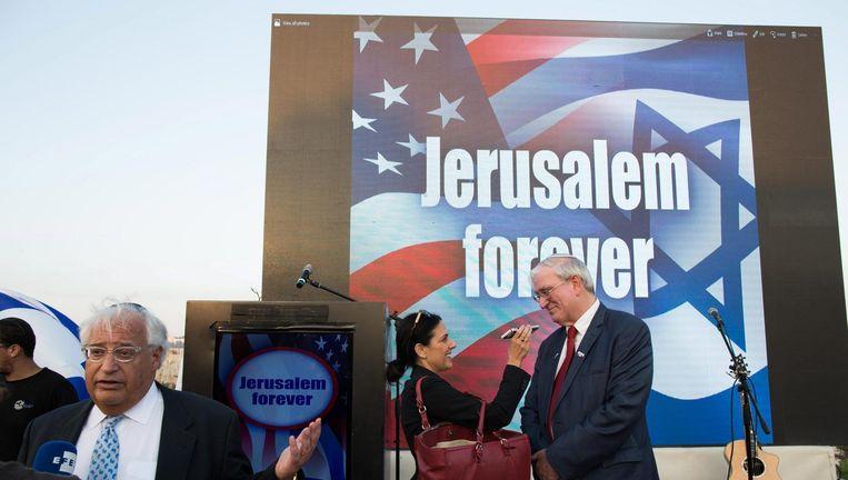 David Friedman (links) tijdens een verkiezingscampagne in Mount Zion, de oude stad van Jeruzalem. Beeld EPA