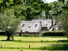 Oud-burgemeester negeert bevel om huis in Voorst te verlaten