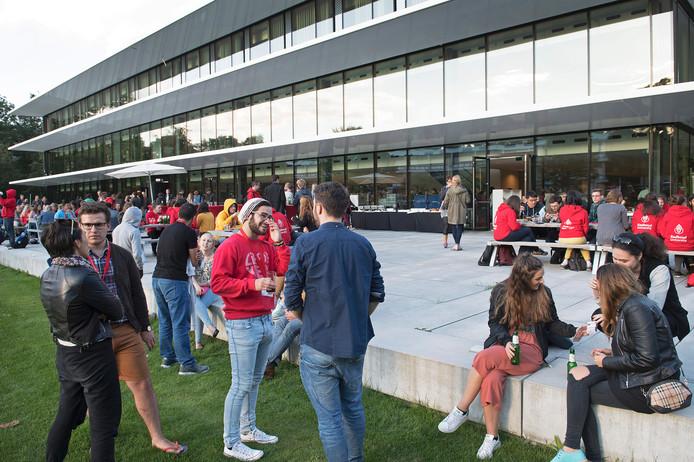 De deelnemers van de Summer School bij een barbecue op de universiteit, een van de activiteiten.