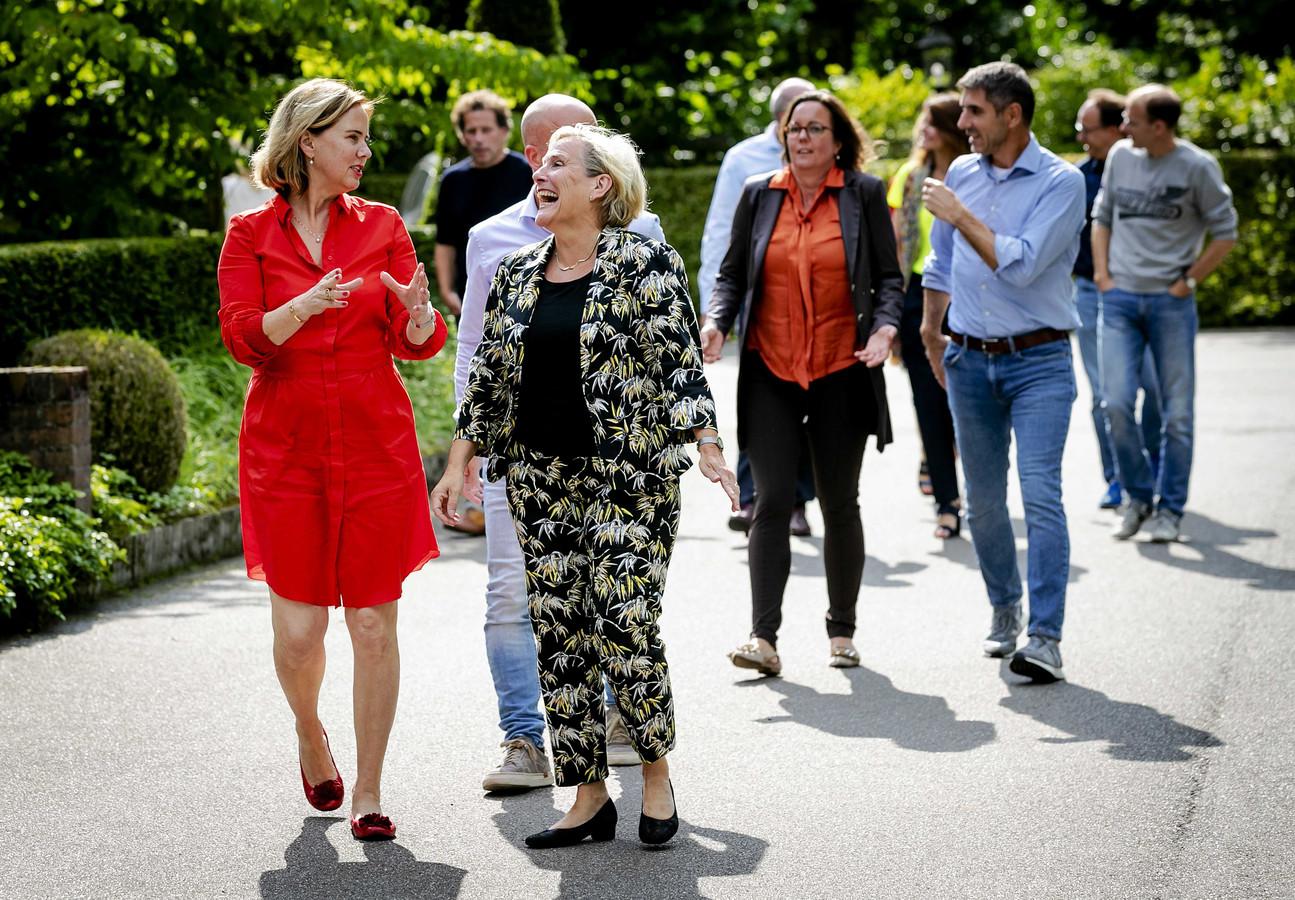 Ministers Cora van Nieuwenhuizen (links) en Ank Bijleveld gaan voor de troepen uit op de jaarlijkse heidag van het kabinet, dit jaar in Oisterwijk.