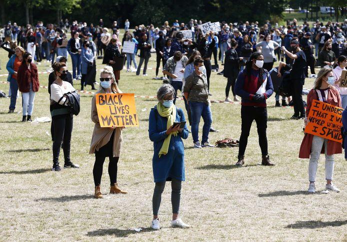 Demonstranten tijdens de antiracisme-bijeenkomst vanmiddag in Park de Wezenlanden.