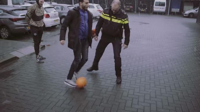 Daar gaat ie: freestylevoetballer Soufiane Touzani geeft wijkagent Niels Euren een panna.